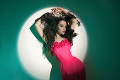 Piękna brunetki kobieta w promieniu reflektor Zdjęcie Royalty Free