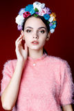 Piękna brunetki kobieta z wiankiem kwiaty na ona kierownicza Fotografia Royalty Free