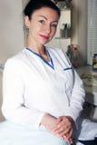 Piękna brunetki lekarka czeka jej pacjenta Zdjęcie Royalty Free