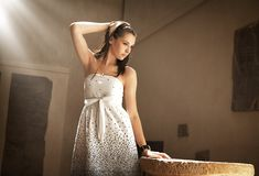 piękna brunetki mody portreta typ potomstwa Zdjęcie Royalty Free