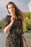 Piękna caucasian brunetki kobieta na spacerze outdoors w parka ne Zdjęcia Stock