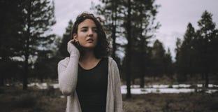 Piękna caucasian dziewczyna outdoors w naturze przy dnia czasem Obraz Stock