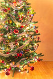 Piękna choinka z mnóstwo ornamentami Fotografia Stock
