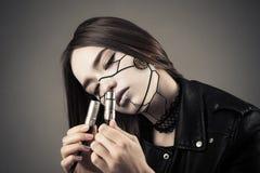 Piękna cyberpunk dziewczyna patrzeje na dwa elektrycznych kablach Fotografia Royalty Free