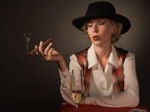 piękna czarny cygarowa kapeluszowa kobieta Zdjęcia Royalty Free
