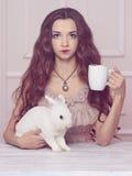 Piękna czarodziejska dziewczyna z królikiem Fotografia Royalty Free