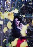 Piękna czarownica w lasowym Halloween Obrazy Stock