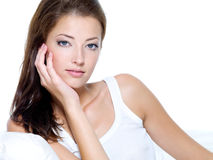 piękna czysty obsiadania skóry kanapy kobieta Obraz Stock