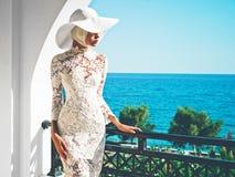 Piękna dama w kapeluszu przy morzem Zdjęcie Stock