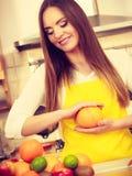 Piękna dama w kuchni Zdjęcia Royalty Free