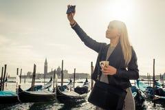 Piękna dziewczyna bierze selfie w Wenecja, St Mark kwadrat Obrazy Royalty Free