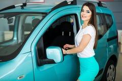 Piękna dziewczyna blisko jej samochodu indoors Zdjęcie Stock