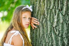 Piękna dziewczyna blisko wielkiego drzewa Zdjęcia Royalty Free
