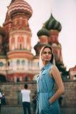 Piękna dziewczyna chodzi w Moskwa zdjęcia royalty free