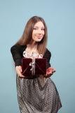 Piękna dziewczyna daje prezentowi Fotografia Royalty Free