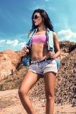 Piękna dziewczyna jako turysta w górach Zdjęcie Stock