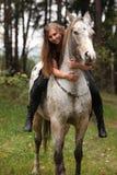Piękna dziewczyna jedzie konia bez uzdy lub comberu Zdjęcie Stock