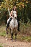 Piękna dziewczyna jedzie konia bez uzdy lub comberu Zdjęcia Royalty Free