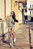 Piękna dziewczyna jest w moda stylu z retro rowerem Zdjęcia Stock