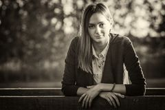 Piękna dziewczyna na drewnianym moscie przy zmierzchem Zdjęcia Royalty Free