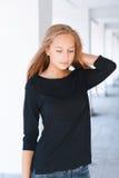 Piękna dziewczyna na tle kolumny Obraz Stock