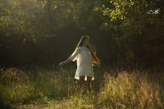Piękna dziewczyna out w naturze Fotografia Royalty Free