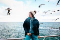 Piękna dziewczyna pozuje blisko morza z seagulls zdjęcie royalty free