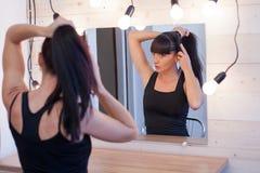 Piękna dziewczyna przed lustrem Obrazy Royalty Free