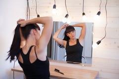 Piękna dziewczyna przed lustrem Obraz Royalty Free