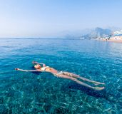 Piękna dziewczyna relaksuje w morzu Zdjęcie Royalty Free