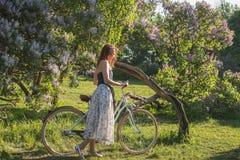 piękna dziewczyna rowerów Zdjęcia Royalty Free