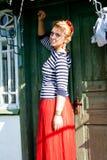 Piękna dziewczyna stoi blisko zielonego grunge drzwi Fotografia Stock