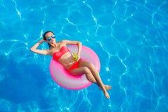Piękna dziewczyna w basenie na nadmuchiwany lifebuoy Zdjęcie Royalty Free