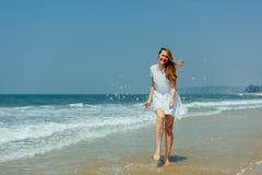 Pi?kna dziewczyna w biel sukni Cieszy si? i Relaksuje na pla?y Podr?? i Wakacje obraz royalty free