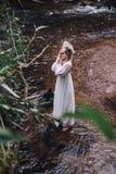 Piękna dziewczyna w ciemnym lesie blisko rzeki Zdjęcia Royalty Free
