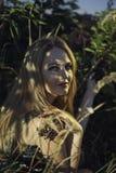 Piękna dziewczyna w cieniu elderberry krzak Zdjęcia Stock