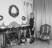 Piękna dziewczyna w czerni sukni na wigilii jeden, czarny biel Zdjęcie Stock