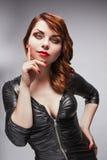Piękna dziewczyna w czerni sukni z jaskrawym makeup Obrazy Royalty Free