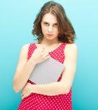 Piękna dziewczyna w czerwonej bluzce z dzienniczkiem Obraz Stock