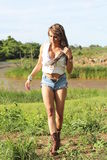 Piękna dziewczyna w granicie jezioro Fotografia Stock