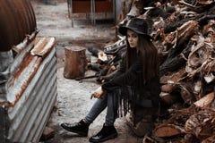 Piękna dziewczyna w kapeluszowym obsiadaniu na drzewie Zdjęcia Royalty Free
