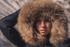 Piękna dziewczyna w kapiszonie z futerkiem zimy kurtka Dziewczyny ` s twarz chuje w kapiszonie z futerkiem Zdjęcie Royalty Free