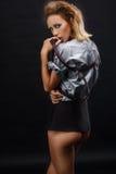Piękna dziewczyna w krótkiej spódnicie Zdjęcie Royalty Free
