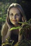 Piękna dziewczyna w naturze Obrazy Royalty Free
