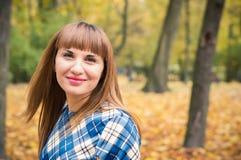 Piękna dziewczyna w parkowej jesieni Zdjęcie Royalty Free