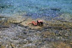 Piękna dziewczyna w przejrzystym morzu Zdjęcia Royalty Free