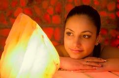Piękna dziewczyna w solankowym pokoju Fotografia Stock