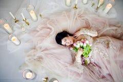 Piękna dziewczyna w sukni z bukietem Obraz Stock