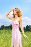 piękna dziewczyna w terenie Fotografia Royalty Free