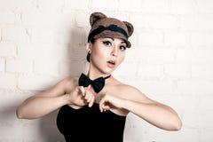 Piękna dziewczyna w wizerunku kot, pracowniany portret obrazy stock